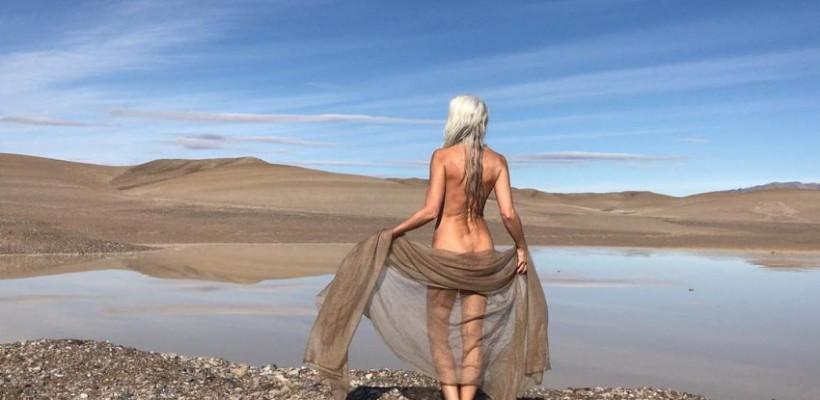 Modelul sexagenar Yasmina Rossi, într-o nouă colecţie de costume de baie (Foto)