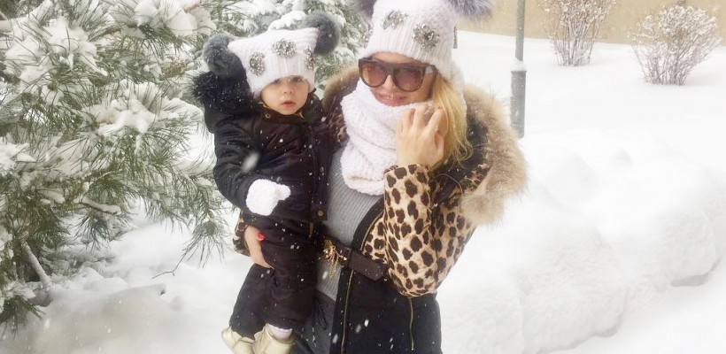 Anda Adam și fiica ei poartă căciulile unei meșterițe din Republica Moldova