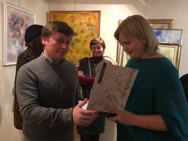 Jurnalista Gutiera Prodan cucerește publicul din Paris cu picturile sale