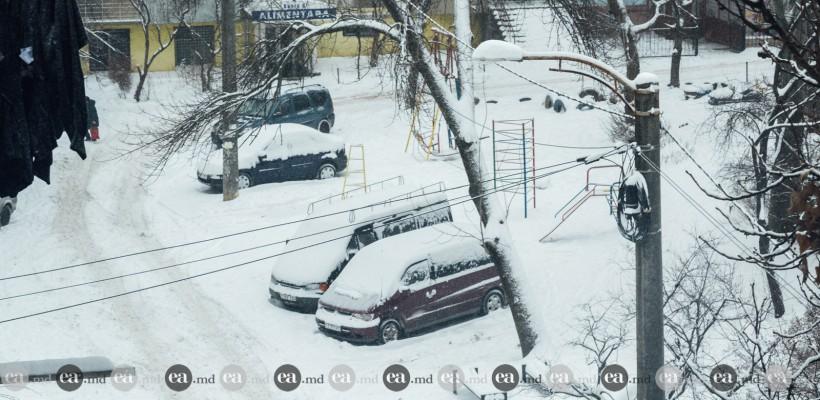 Iarna și-a intrat în drepturi! Galerie foto cu străzi și mașini întroienite