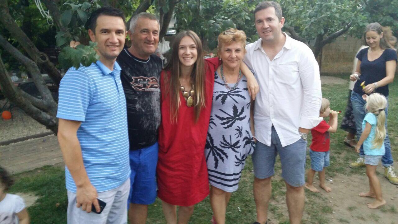 Adela Popescu alături de părinții și frații săi