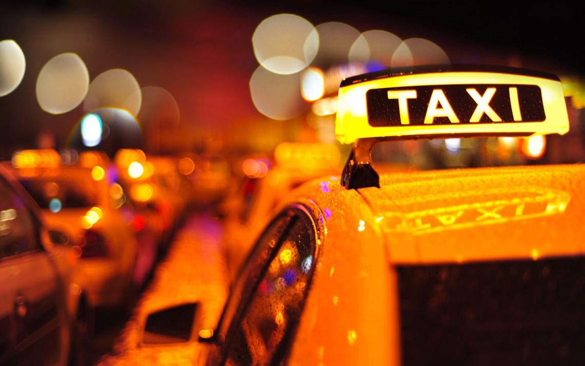 Taximetrist în rol de moașă! O femeie a dat naștere unei fetițe perfect sănătoase chiar într-un taxi