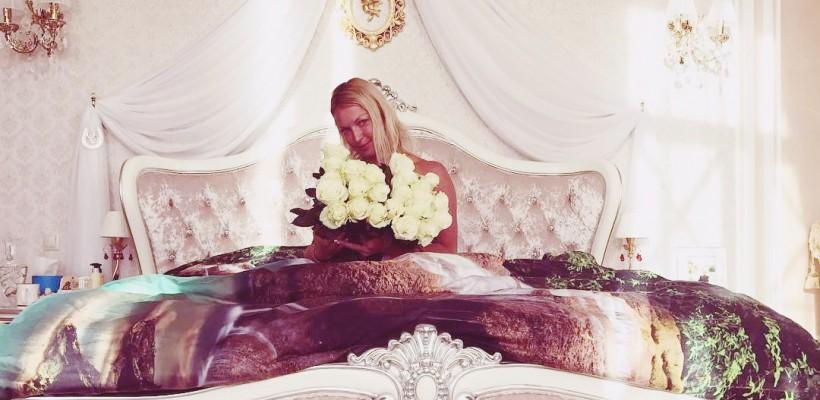 Anastasia Volocikova, scăldată în trandafiri albi de ziua ei. A trădat că este îndrăgostită