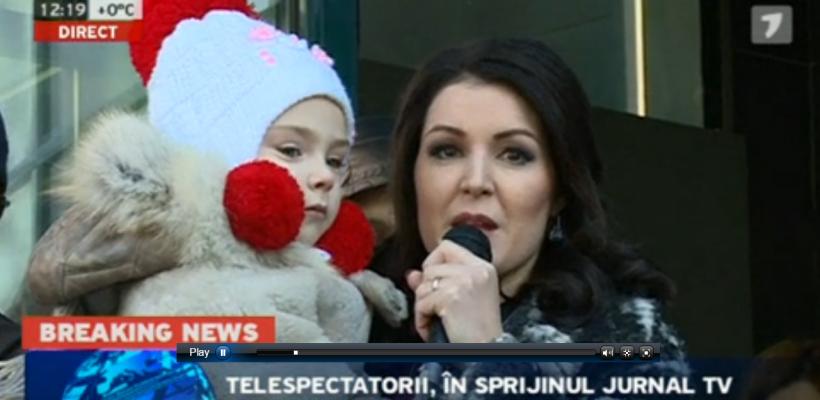 """Discurs cu lacrimi al Aurei Revenco la Flashmobul pentru susținerea JurnalTV: """"Țin în brațe un trofeu!"""""""