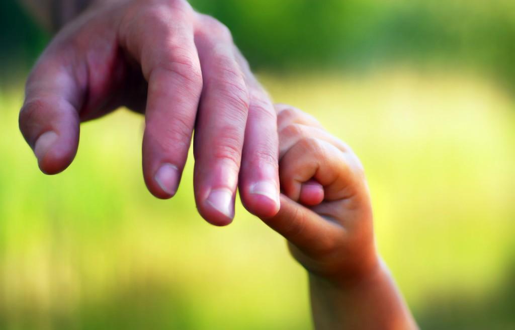 Crucial pentru părinţii care lucrează peste hotare! Iată ce ar trebui să facă dacă au revenit în țară