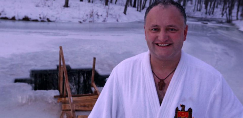"""Igor Dodon oferă cadou """"halatul prezidențial"""" primului blogger care va relata despre conferința sa"""