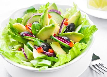 Salată pentru detoxifiere cu avocado şi castraveţi