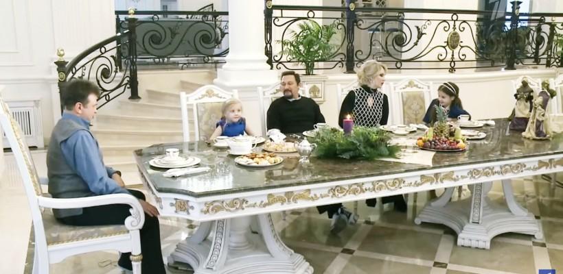 """Peste tot – marmură și inițialele """"SM"""". Cântărețul rus Stas Mihaylov și-a arătat locuința de lux (VIDEO)"""