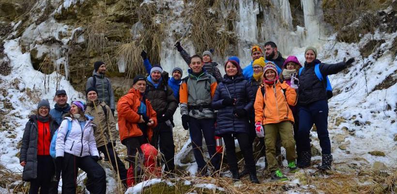 Nu ai bani de munte? Foarte bine. Fă hiking acasă, dormi în cort și escaladează ghețarii din Chișinău