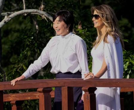 Melanie Trump i-a dăruit primei doamne a Japoniei flori din porțelan, create de un artist ucrainean (Video)