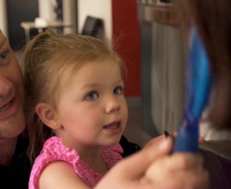 De dragul fetiței un tătic a învățat să împletească părul. Astăzi zeci de mii de oameni îl urmăresc pentru creațiile sale din păr