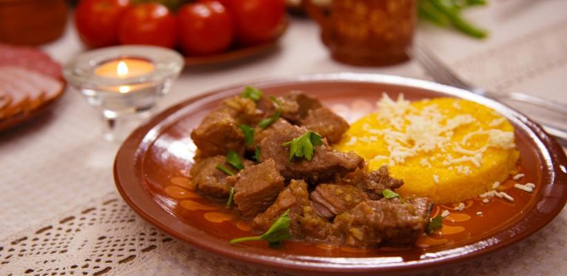 ROGOB gătește: Masă tradițională cu fripturică de porc și mămăliguță (VIDEO)