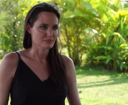 Angelina Jolie vorbește cu lacrimi în ochi despre divorțul de Brad Pitt (VIDEO)