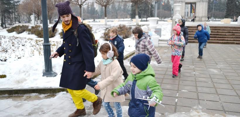 Un tânăr din Ucraina este adorat de copiii de la noi. El organizează city quest-uri la care cei mici rezolvă rebusuri și se joacă