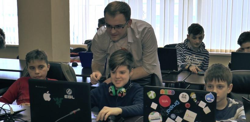 """Devino mentorul copiilor care ar putea crește """"guru"""" în domeniul tehnologiei informației"""