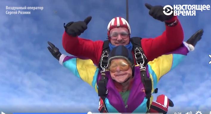 O femeie de 80 ani și-a marcat aniversarea cu un salt…cu parașuta (Video)