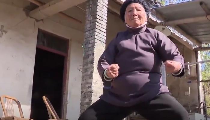 O bunicuță în vârstă de 94 de ani a devenit senzația rețelelor de socializare datorită tehnicilor sale de kung-fu (Video)