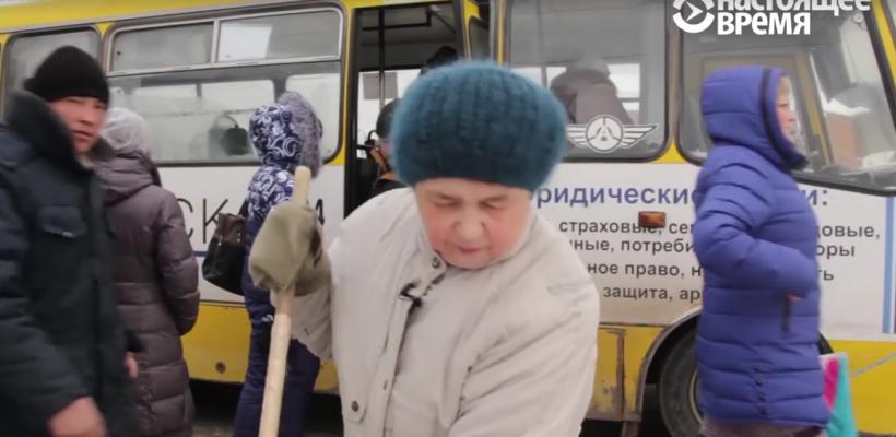 O bătrână face în fiecare zi curat în stația de așteptare a transportului public