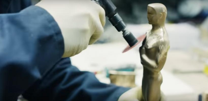 """Află cum apare pe lume statueta din aur la care râvnesc oamenii din cinematografie. Vezi """"facerea"""" statuetei Oscar"""