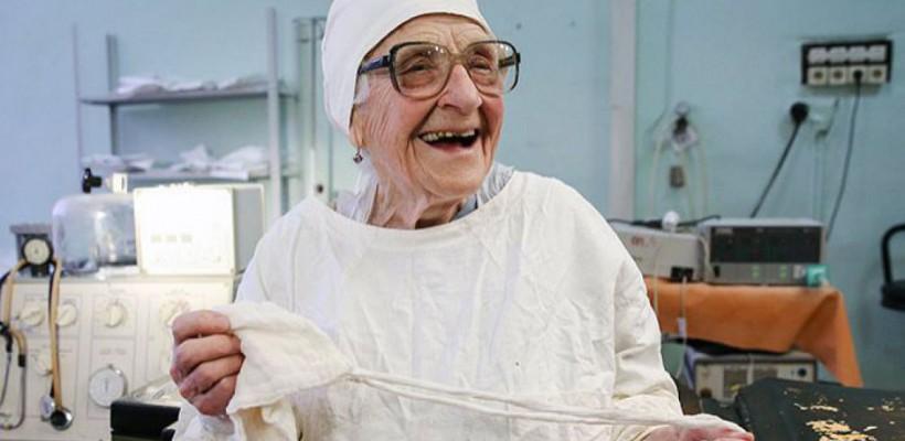 Cel mai bătrân chirurg din lume are 89 de ani și încă mai efectuează câte 4 operații pe zi