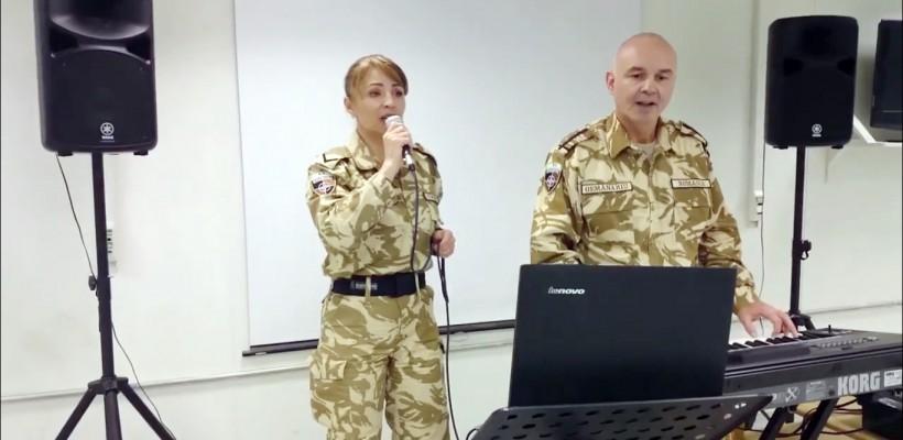 """Doi militari român aflați în misiune în Afganistan interpretează pasional """"Ce are ea"""", by Delia (VIDEO)"""