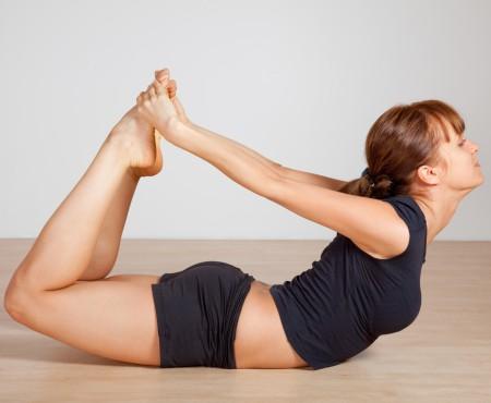 Sâni fermi, fără bisturiu. Vezi pozițiile de yoga care îți fac sânii tari și îți întăresc sănătatea