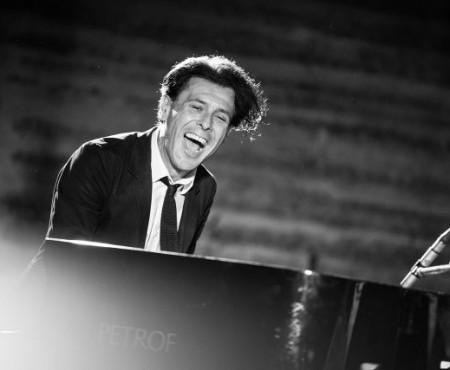 Suferă de scleroză amiotrofică laterală, dar cântă la pian dumnezeiește