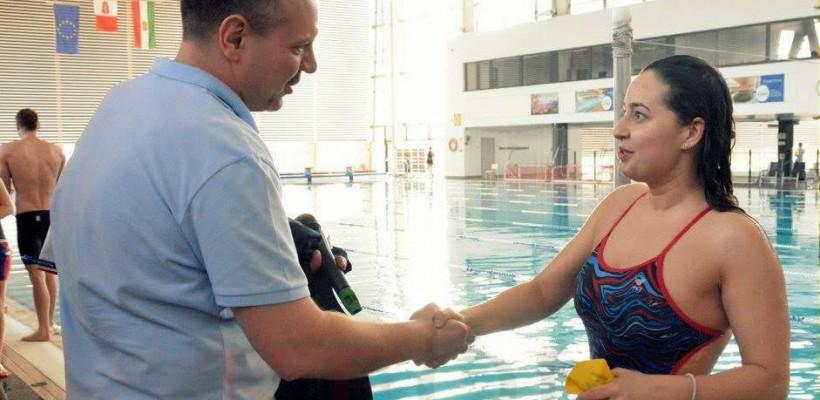 O studentă a înotat 24 ore neîntrerupt. În finală a concurat doar cu bărbați și i-a bătut pe toți
