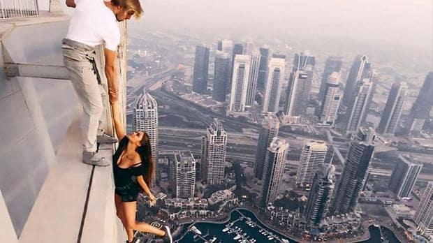 Filmulețul în care o tânără atârnă pe marginea unui zgârâie-nori a adunat peste 32 milioane 400 mii vizualizări