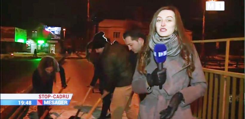 Echipa de la Mesager Stop-Cadru a schimbat microfonul pe lopată! A curățat zăpada din preajma televiziunii naționale