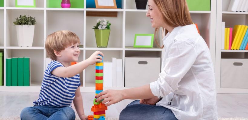Fă din jocurile cu cei mici o adevărată terapie! Află cum se tratează prin joacă hiperactivitatea