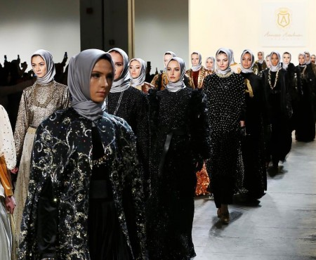 Protest prin modă! Un designer a scos pe podiumul de la New York modele în hijab-uri