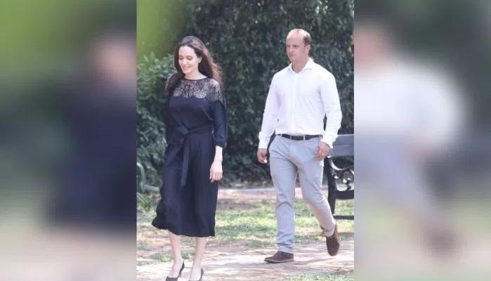 Angelina Jolie, surprinsă alături de un bărbat în Cambodgia. Paparazzii susțin că ar fi noul său partener