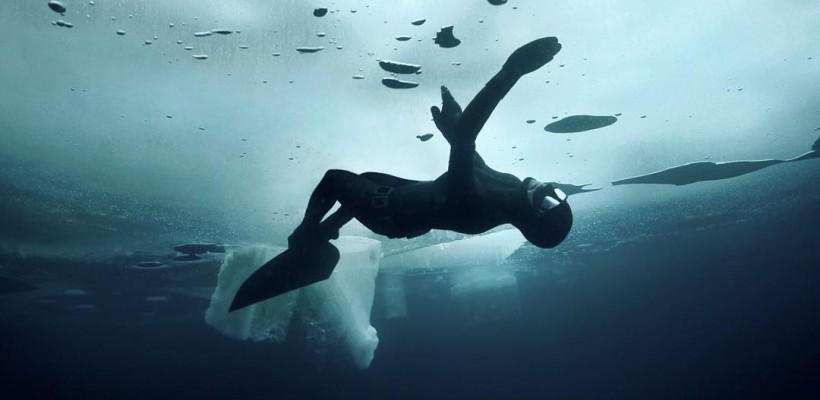 O scufundătoare finlandeză explorează apele înghețate din Arctica. Un regizor britanic a surprins imagini unice