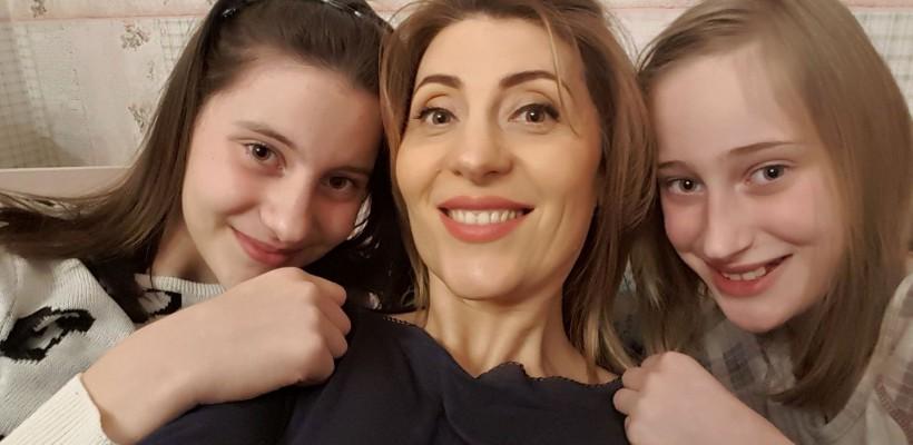 Aura se laudă cu fete mari și cochete! Lori și Beti au împlinit 12 ani și au dat o petrecere în pijamale