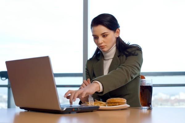 Șoricelul de la laptop sau calculator are de trei ori mai multe bacterii decât un closet