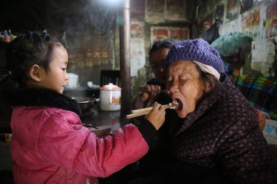O fetiță de doar cinci anișori este unica îngrijitoare a bunicii și a străbunicii de 92 ani