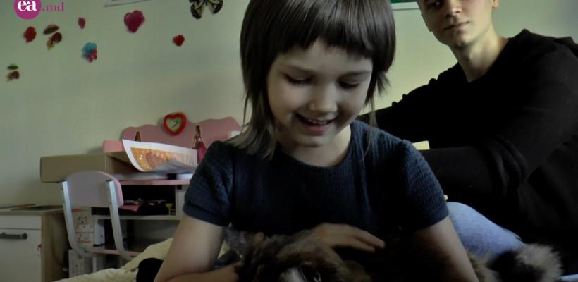 De la frig și malnutriție micuța Andreea a ajuns la o viață cu multă joacă, pictură și bunătăți în fiecare zi. Află cine a salvat-o