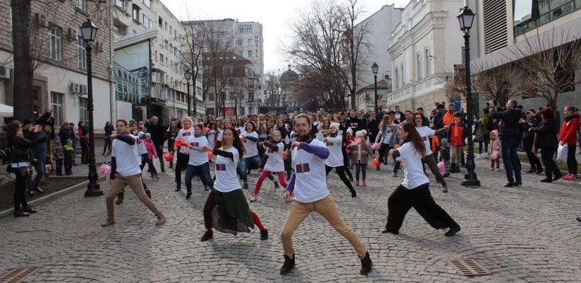 Circa două sute de oameni au dansat astăzi în Chișinău împotriva violenței asupra femeilor (Foto)