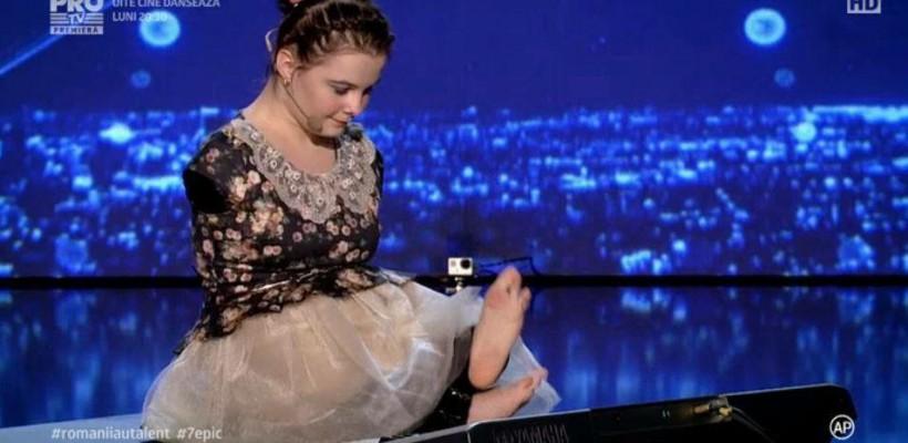 """Moment unic la """"Românii au talent"""": Fără mâini și cu o voce uimitoare a cântat la pian cu degetele de la picioare (Video)"""