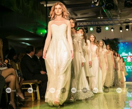 Vedetele ne inspiră să purtăm culoarea pastel. Pe cine o prinde mai bine: pe Felicia Sîrbu sau Mihaela Strâmbeanu?