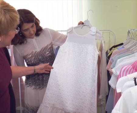 """Ambasadoarele """"Din inimă"""" au pus ochiul pe ținutele Sekana și Katya Gri, branduri create în Moldova"""
