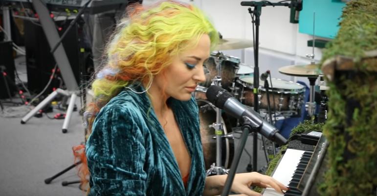 """O nouă piesă și un nou look! Delia cântă în premieră """"Verde împărat"""" (VIDEO)"""