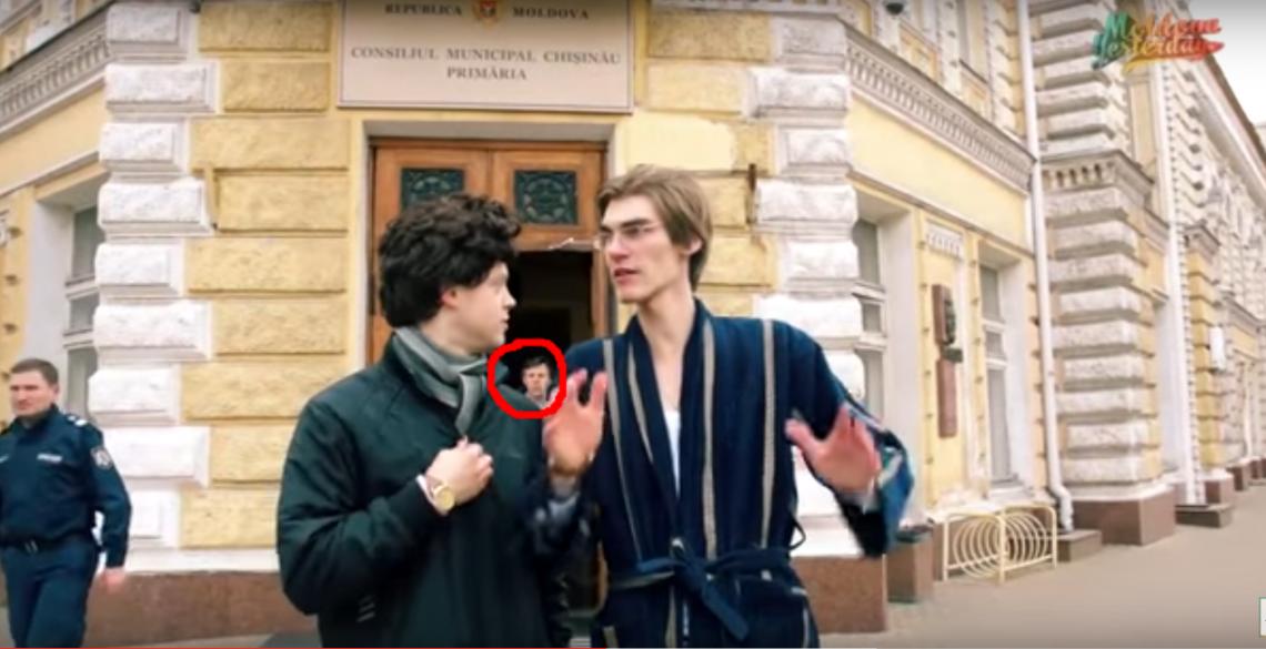 """""""Sosia"""" lui Dorin Chirtoacă s-a plimbat în șlapi prin Chișinău (VIDEO)"""