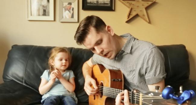 """Un duet după care te topești! Micuța Claire și tăticul ei fac furori pe internet cu piesa """"Ai un prieten în mine"""""""