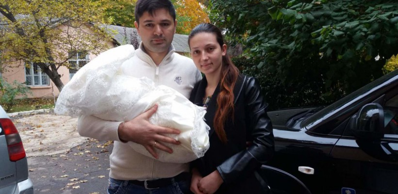 Familia unui moldovean a pierdut în aeroport 4000 de euro acumulați pentru operația fiului