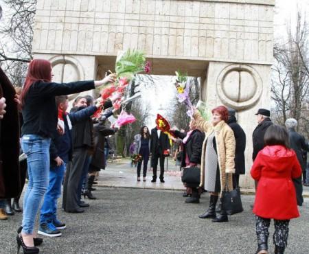 """Oficiau nunta la un monument funerar! Căsătoriile la celebra """"Poartă a Sărutului"""" vor fi interzise"""
