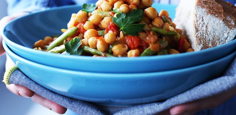 Ții postul? Vezi cum gătești năut cu legume în sos de roșii (Video)