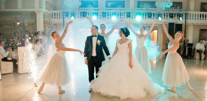 Balerine, în locul vorniceilor, înseamnă o nuntă greu de uitat