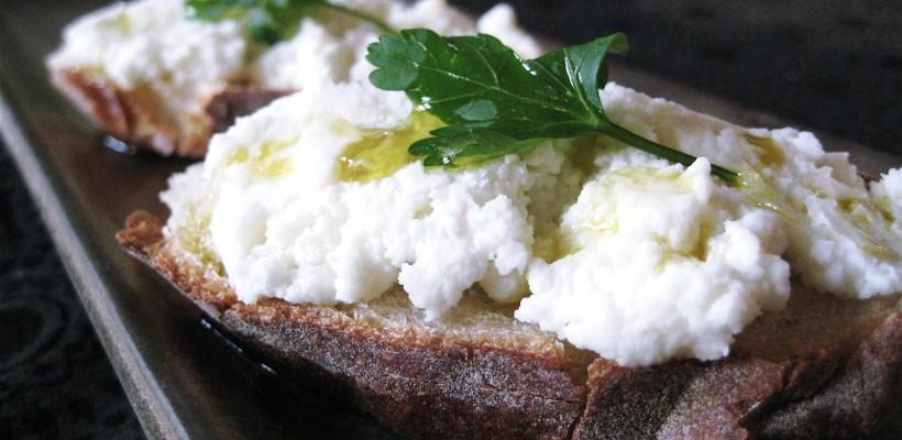 Ricotta poate fi preparată acasă, din numai două ingrediente! Iată rețeta (VIDEO)